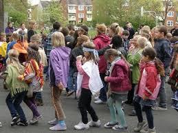 Die Kinder führen beim Abschlussfest den Indianertanz auf.